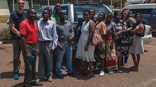 O autor e sua esposa Megan, na parte traseira esquerda e direita, se despedem no aeroporto de Malawi, na África, antes de voltar para a América.
