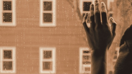 A mão duma senhora na janela.