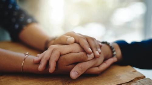 Mãos reconfortantes de duas pessoas.