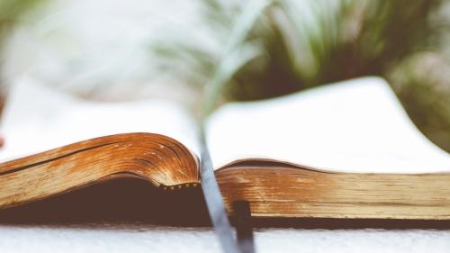 Uma Bíblia aberta.