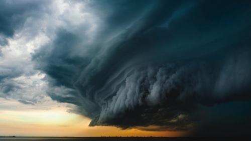 Uma foto de grandes nuvens de tempestades escuras.
