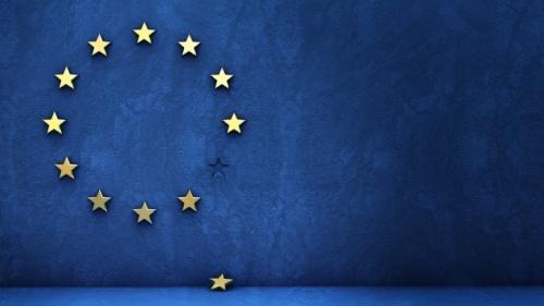 A bandeira da União Europeia - Um círculo de doze estrelas amarelas de cinco pontas num campo azul. Uma das estrelas caiu do círculo.