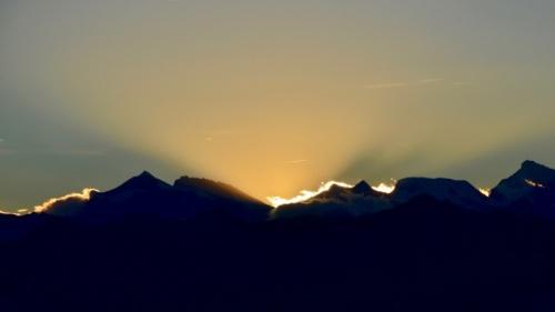 Um pôr-do-sol sobre uma serra.