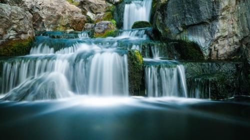 Uma cachoeira.