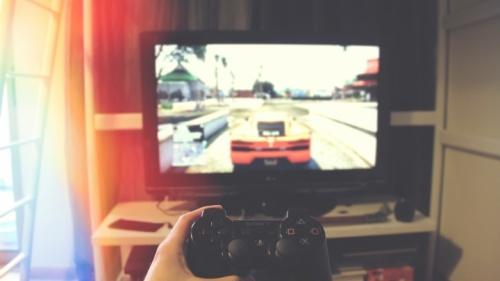 Uma pessoa jogando um videogame.