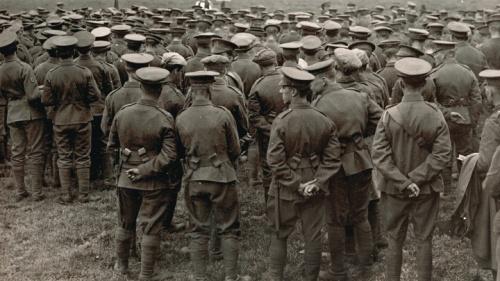 Uma fotografia velha de WWI que mostra uma missa no campo com os soldados que olham um padre.