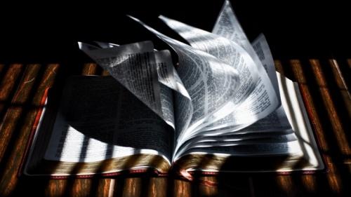 Uma Bíblia que coloca em uma mesa.