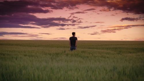 Uma pessoa andando por um campo.
