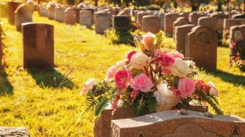 Lápides e flores num cemitério.
