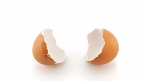 Um ovo rachado.