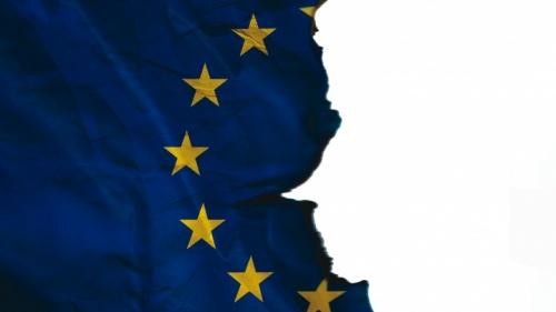 Bandeira da União Europeia rasgada.
