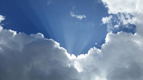 Raios de sol entre as nuvens.