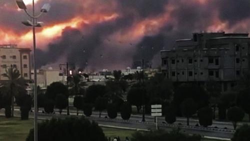 Uma instalação de petróleo saudita queimando após um ataque iraniano.
