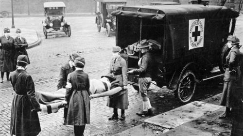 Enfermeiras transportam uma vítima da gripe espanhola em 1918.