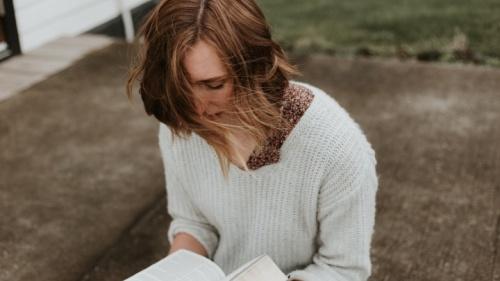 Uma senhora lendo a Bíblia.