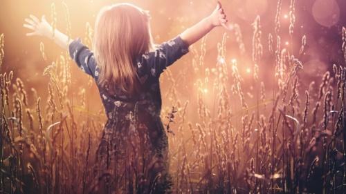 Uma criança pequena na grama.