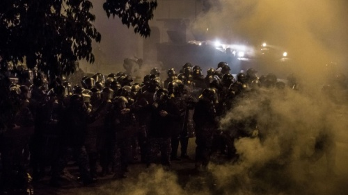 Polícia de choque na rua.