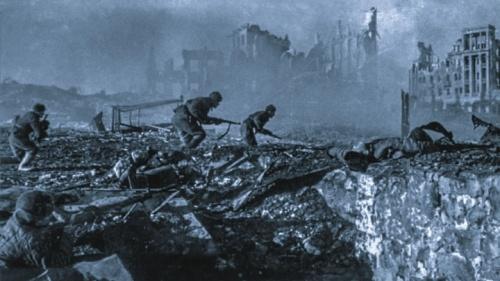 Soldados soviéticos lutando nos escombros de Stalingrado, Fevereiro de 1943.