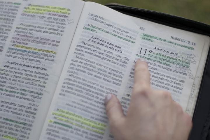 Uma Bíblia aberta para reservar James.