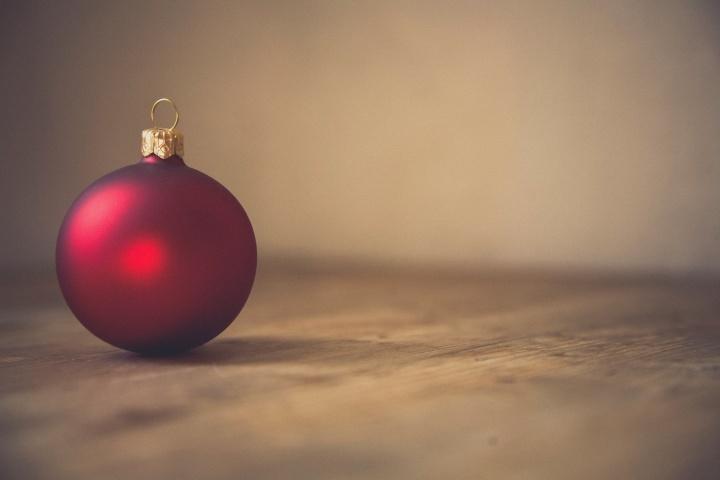 Uma bolinha ornamental de natal vermelha.