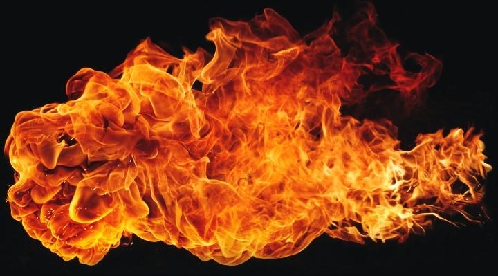 Uma chama de fogo.