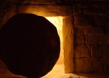 O interior de uma tumba olhando para fora.