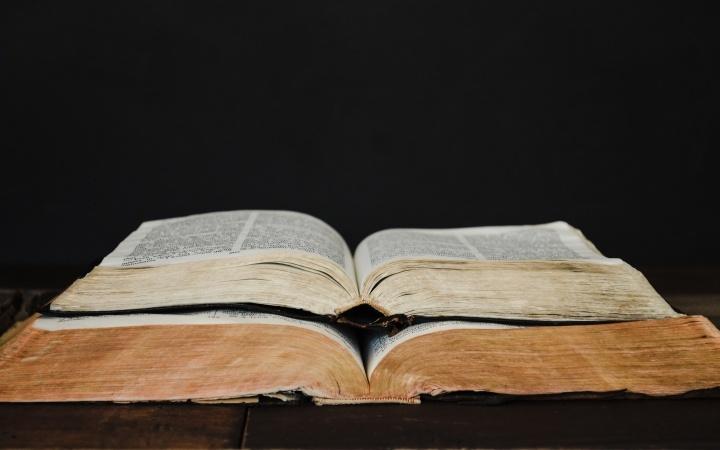 Dois Bíblia aberta empilhados uns sobre os outros.