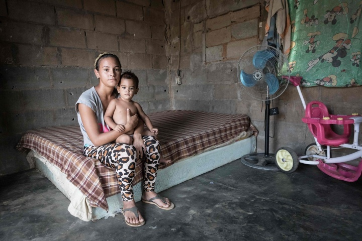 Uma jovem mãe venezuelana e seu filho.