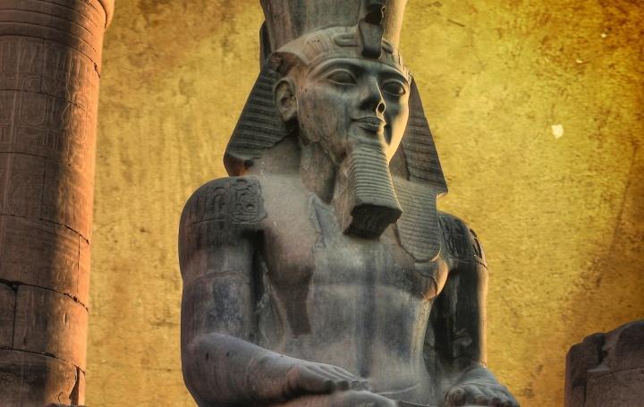 Colosso de Ramsés II (feito em granito negro) no Templo de Luxor (Egito)