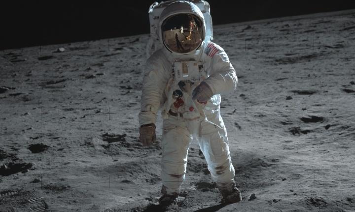 Andando na lua.