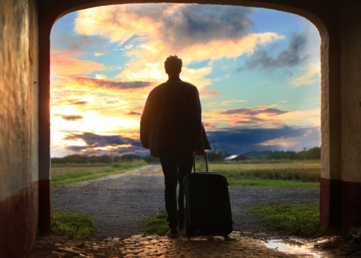 Um homem com uma mala.
