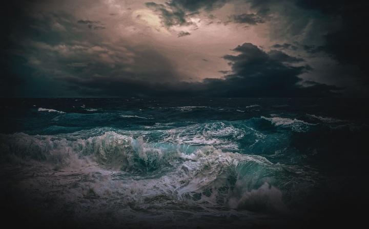 Um mar tempestuoso.