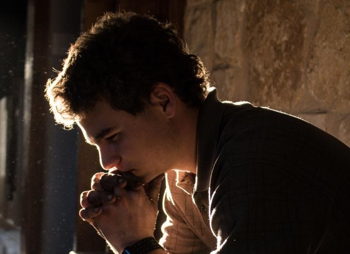 Um jovem meditando.