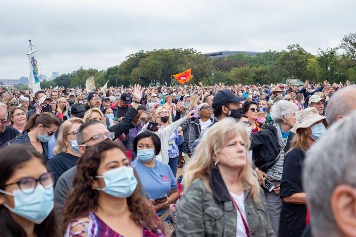 """Alguns dos milhares que participaram no """"O Retorno""""."""