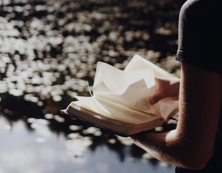 Uma senhora com uma Bíblia.