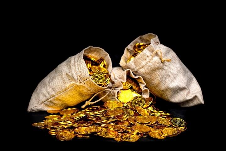 Um saco de moedas de ouro.