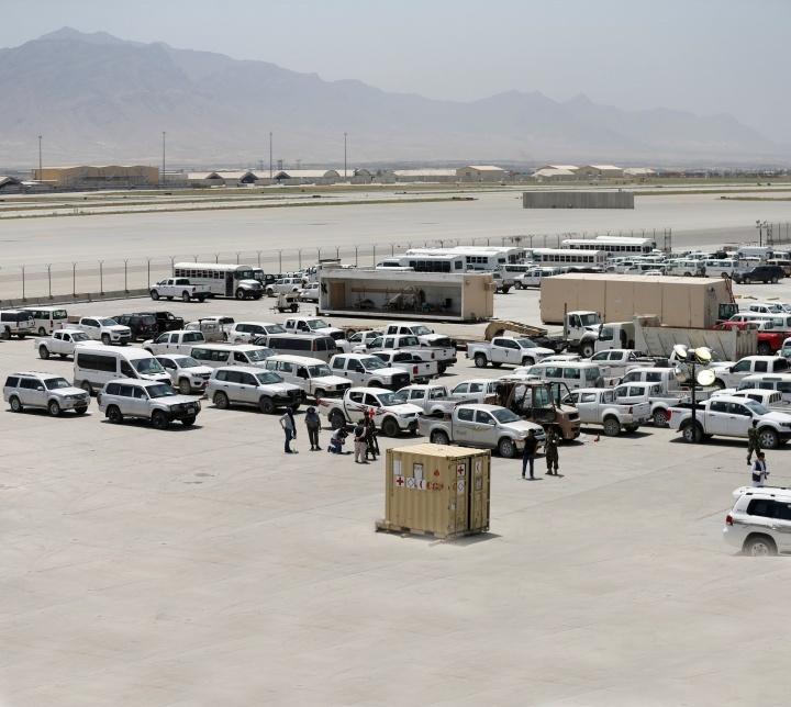 Soldados afegãos inspecionam alguns dos milhares de veículos americanos abandonados na retirada americana da Base Aérea de Bagram, Afeganistão, em julho de 2021.