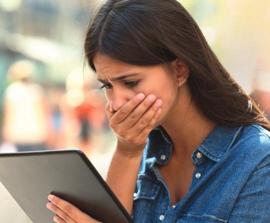 Uma mulher lendo um tablete